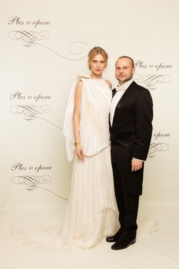 7253577b95c9 Veľmi zaujímavé šaty zvolila aj topmodelka Michaela Gachulincová. Jej šaty  vyzerali ako šaty zo starovekého grécka. Boli jemné biele a vlasy upravené  nahor ...
