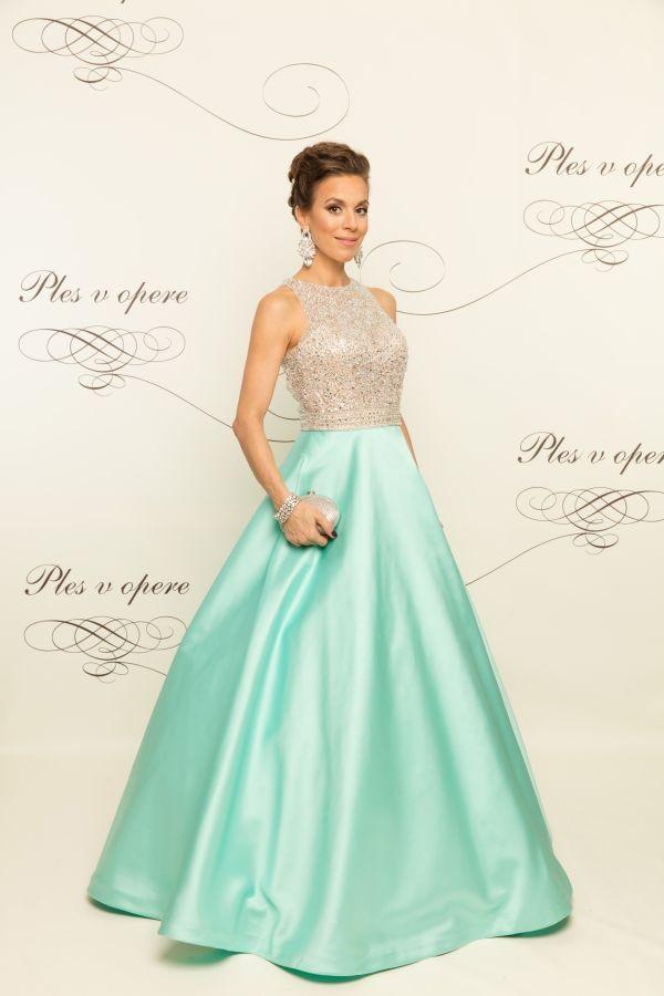 d836772792d2 Zvolila jednoduchý model šiat s krásnym trblietajúcim sa vrchom. Tieto šaty  sú veľmi decentné